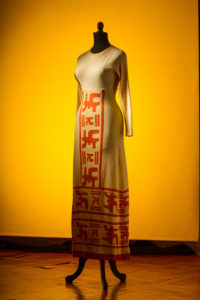 76 vestido lanilla amarillo con bordados naranjos años 70